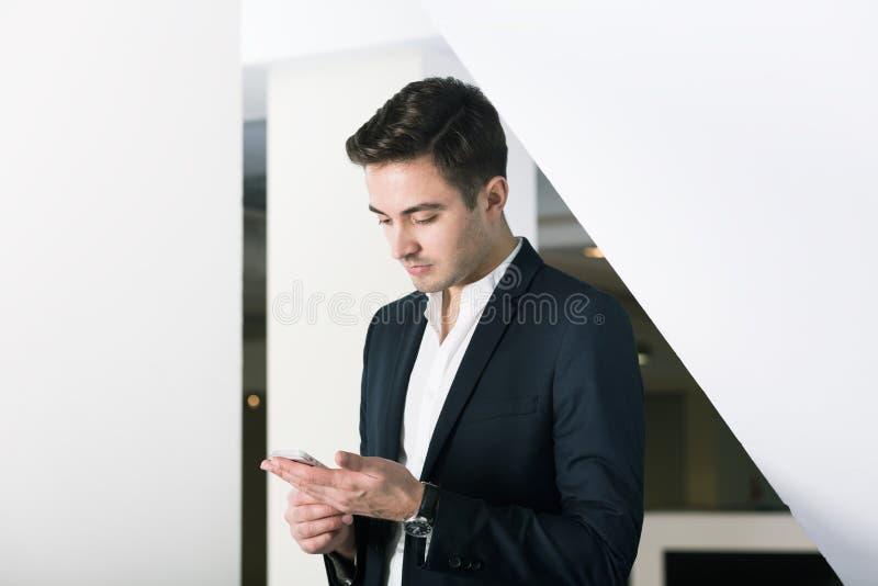 Jonge manager in zijn het werk ruimte stock fotografie