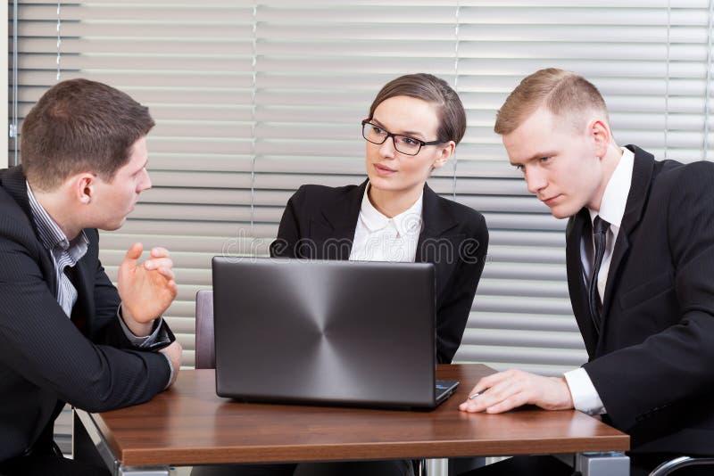 Jonge managers op vergadering stock foto's