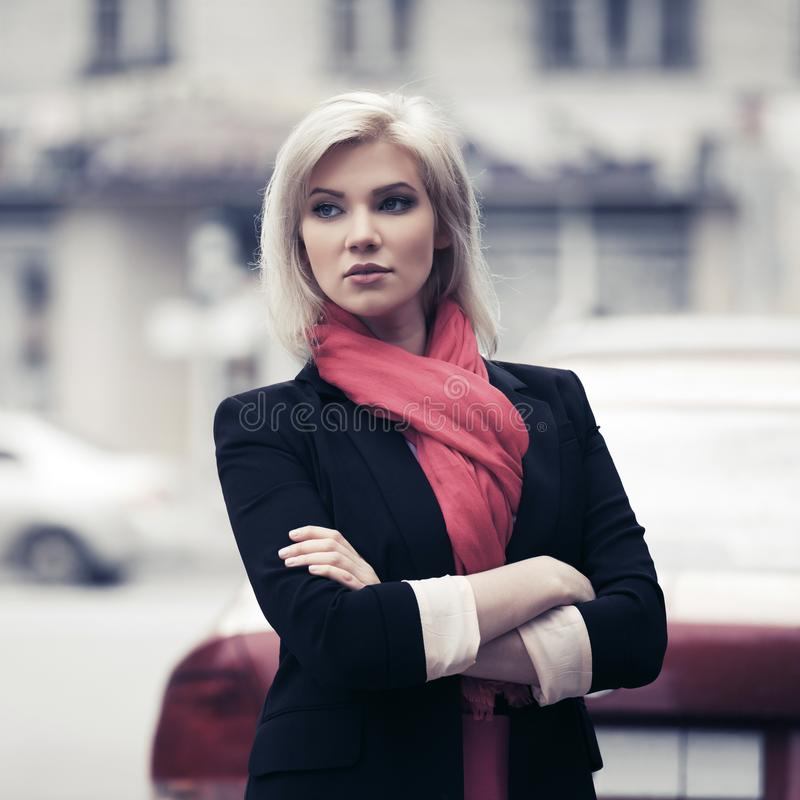 Jonge manier bedrijfsvrouw die in stadsstraat lopen stock afbeelding