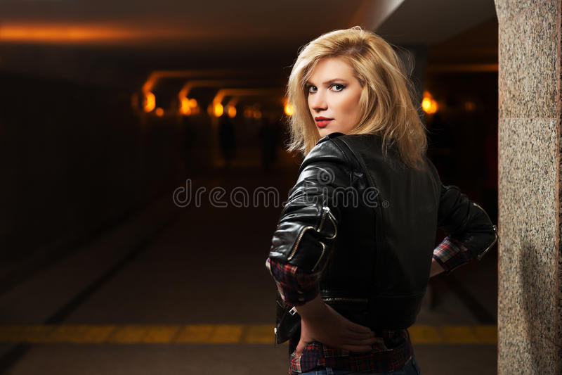 Jonge manier blonde vrouw in leerjasje royalty-vrije stock afbeeldingen