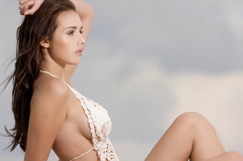 Jonge manier vrij sexy vrouw op het strand stock afbeeldingen