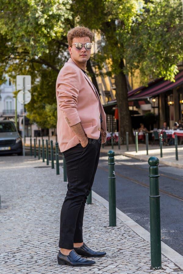 jonge maniermens op de straat Europese stad royalty-vrije stock afbeeldingen