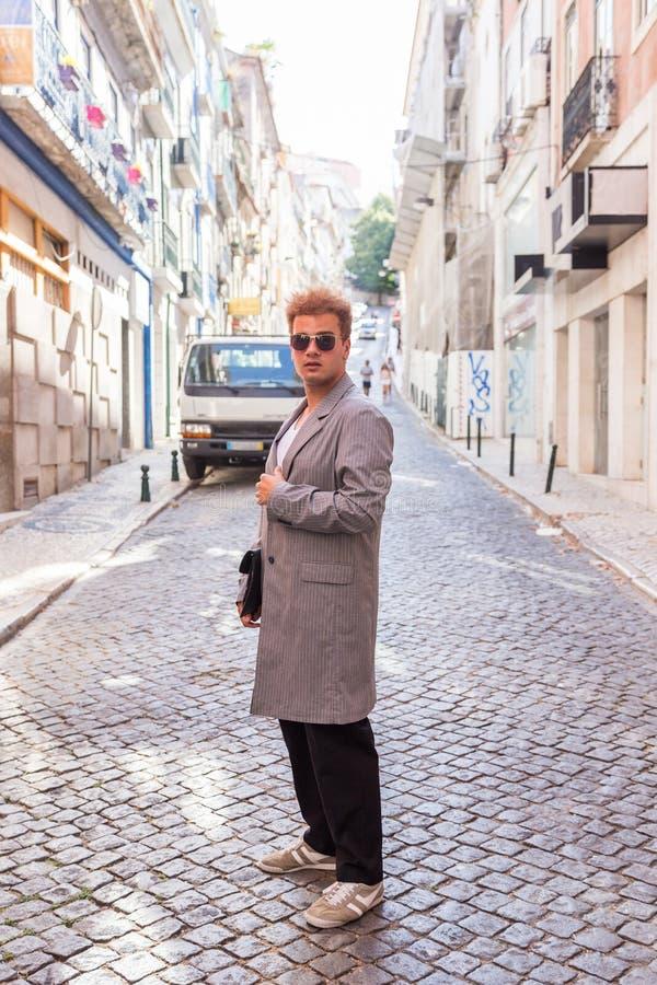 jonge maniermens op de straat Europese stad stock foto