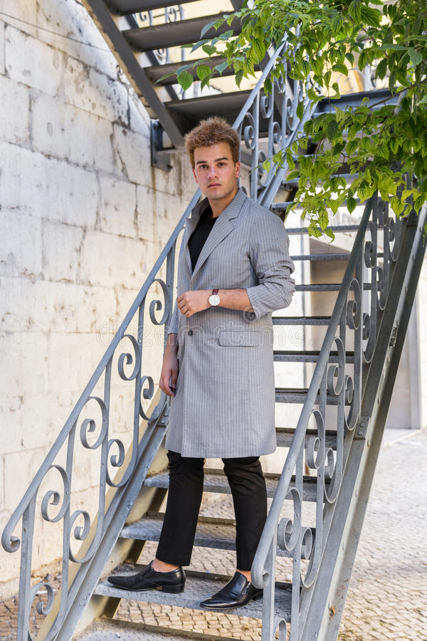jonge maniermens op de straat Europese stad royalty-vrije stock foto
