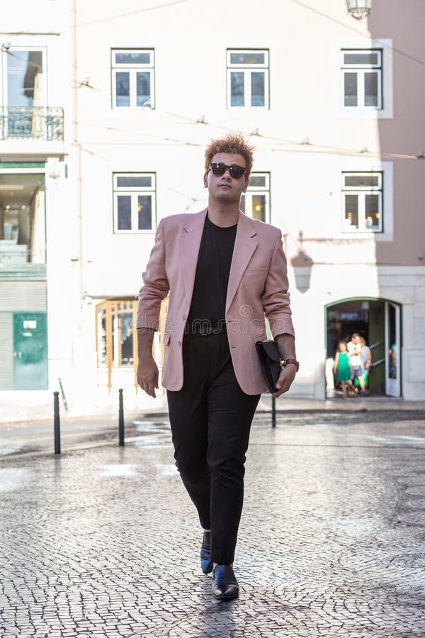 jonge maniermens op de straat Europese stad stock fotografie