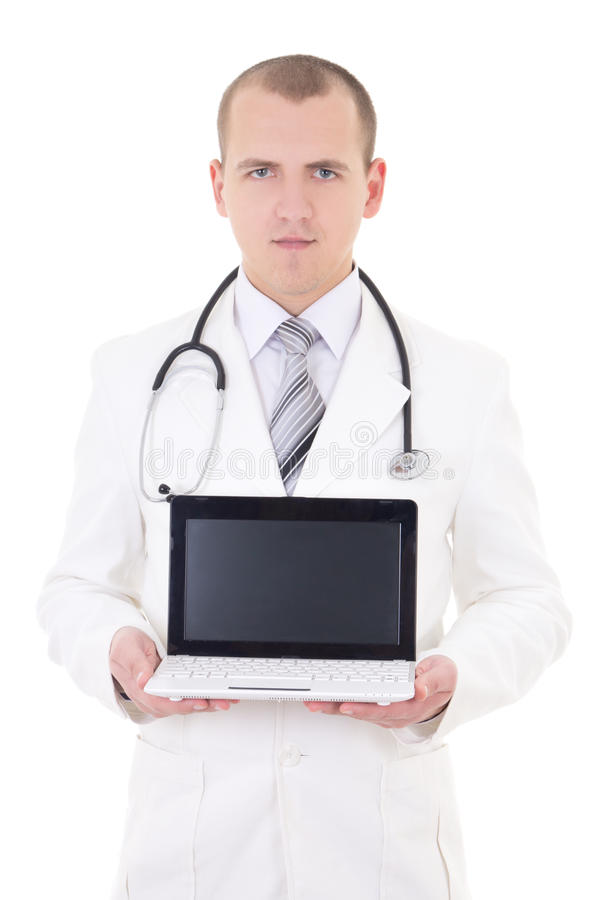 Jonge mannelijke arts die laptop met exemplaarruimte toont die op whi wordt geïsoleerd royalty-vrije stock afbeeldingen