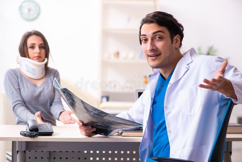 Jonge mannelijke arts en vrouwelijke mooie patiënt royalty-vrije stock afbeeldingen