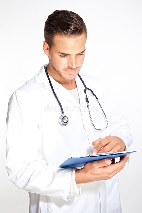 Jonge mannelijke arts met stethoscoop en klembord royalty-vrije stock foto