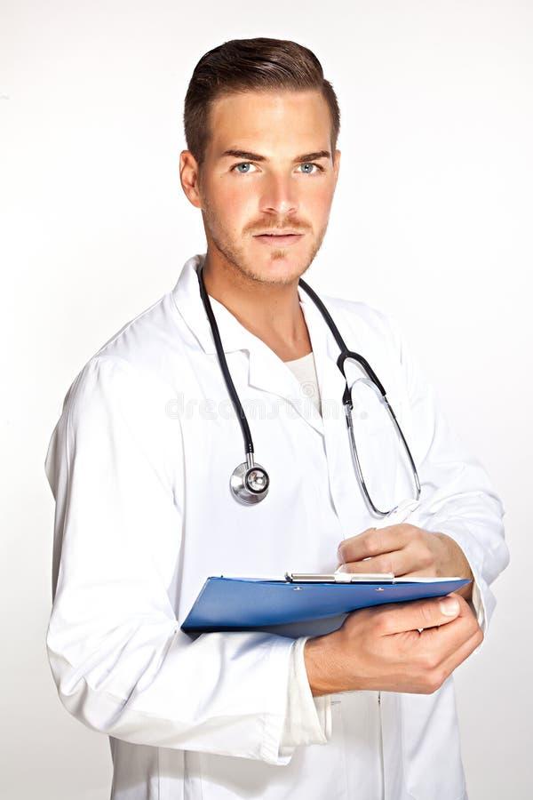 Jonge mannelijke arts met stethoscoop en klembord royalty-vrije stock foto's