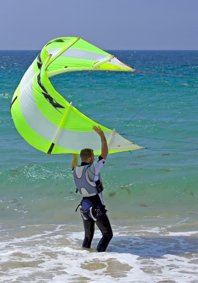 Jonge mannelijke de vliegersteun van de kitesurferholding royalty-vrije stock foto's