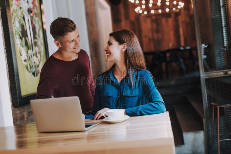 Jonge mannelijke en vrouwelijke collega's die in koffie werken royalty-vrije stock foto's