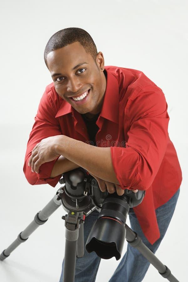 Jonge mannelijke fotograaf.