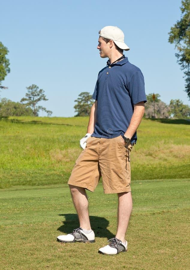 Jonge Mannelijke Golfspeler die over Fairway kijkt stock foto's