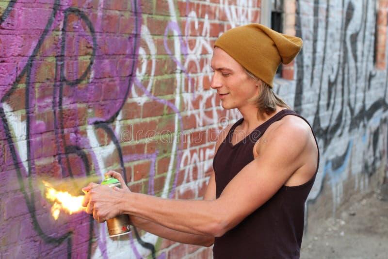 Jonge mannelijke het plaatsen nevel op brand stock afbeelding