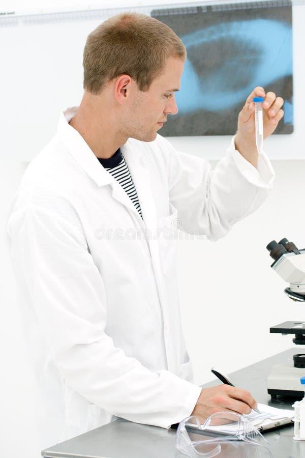 Jonge mannelijke laboratoriumtechnologie