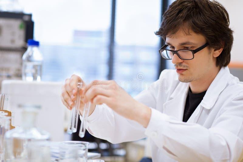 Jonge, mannelijke onderzoeker/chemiestudent royalty-vrije stock foto