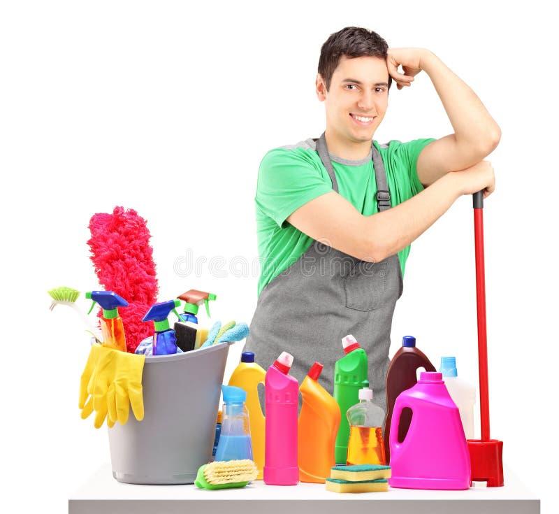 Jonge mannelijke reinigingsmachine met het schoonmaken van apparatuur royalty-vrije stock foto's