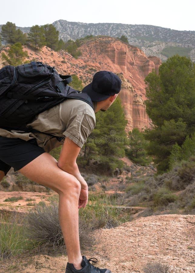 Jonge mannelijke reiziger met rugzak royalty-vrije stock afbeeldingen