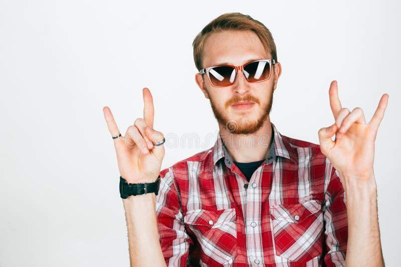 Jonge mannelijke tonende rotshand die op wit wordt geïsoleerd royalty-vrije stock afbeelding