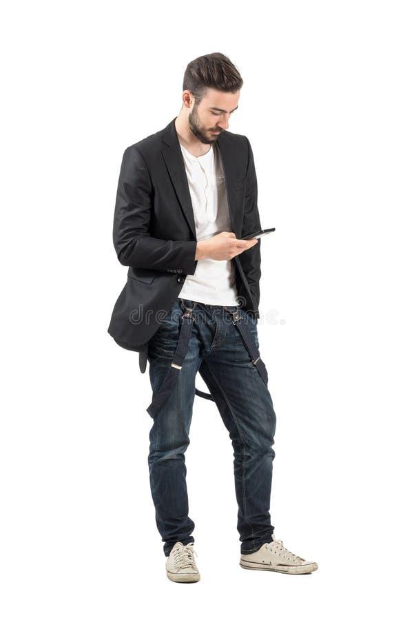 Jonge mannequin die onderaan het gebruiken van cellphoneapparaat kijken royalty-vrije stock foto's