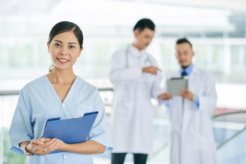 Jonge medische verpleegster stock foto's