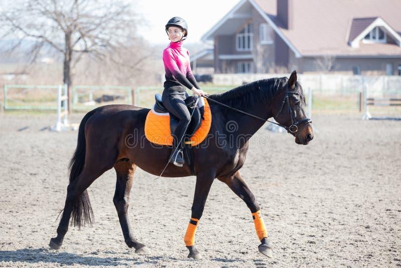 Jonge meid die op paardensporttraining rijdt stock afbeelding