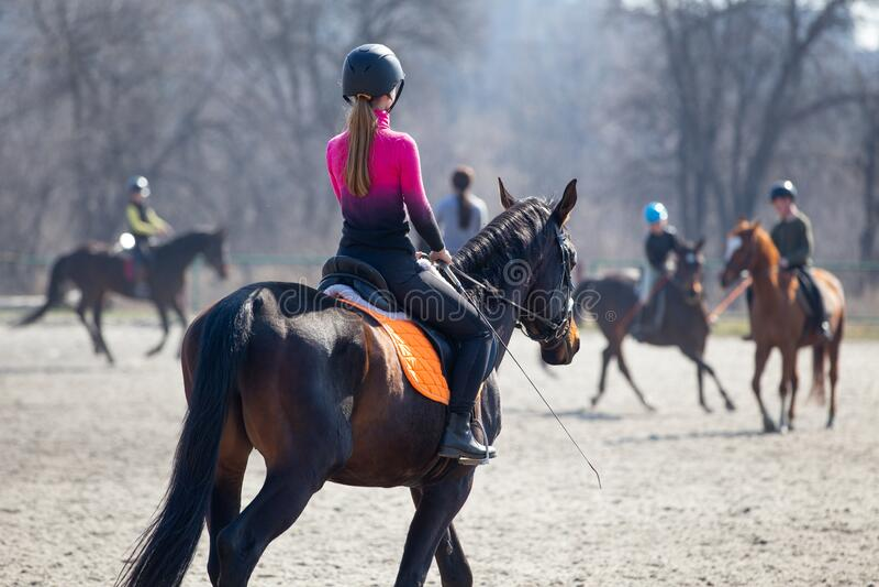 Jonge meid die op paardensporttraining rijdt royalty-vrije stock afbeeldingen