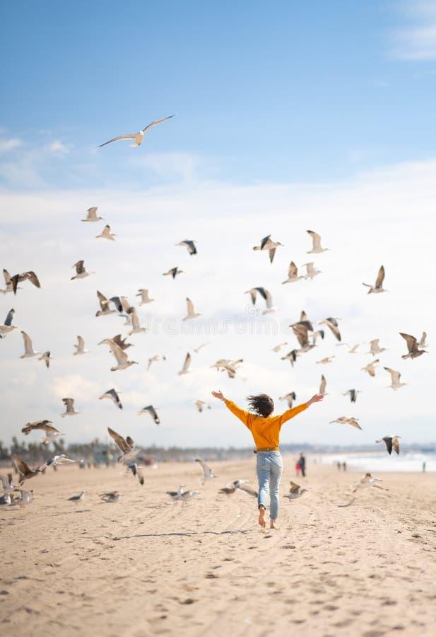 Jonge meid op het strand royalty-vrije stock foto's