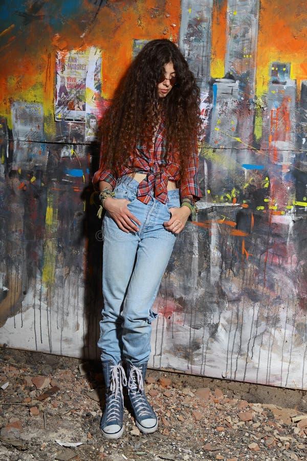 Jonge meisje en graffiti stock foto