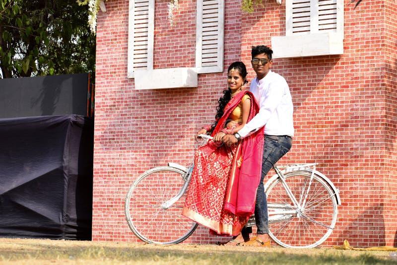 Jonge meisje en jongen die op fiets camera, Pune bekijken royalty-vrije stock foto's
