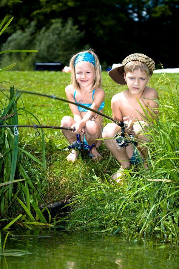 Jonge meisje en jongens visserij royalty-vrije stock foto's