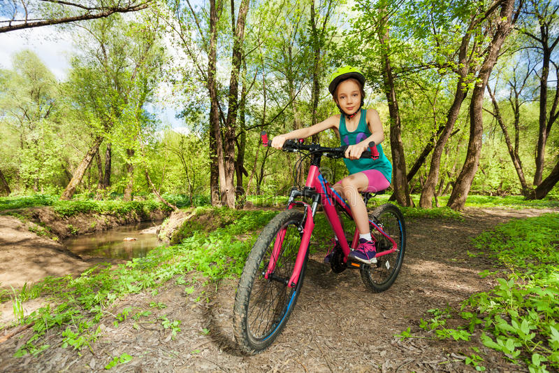 Jonge meisje het cirkelen bergfiets op bossleep stock afbeeldingen