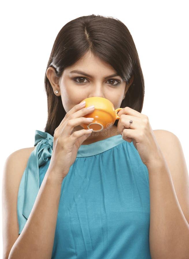 Jonge meisje het drinken koffie royalty-vrije stock fotografie
