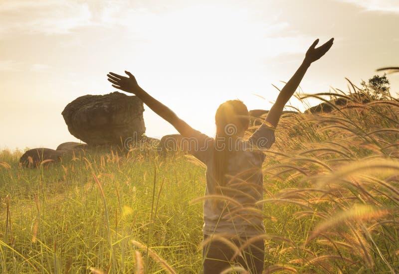 Jonge meisje het uitspreiden handen met vreugde en inspiratie royalty-vrije stock foto