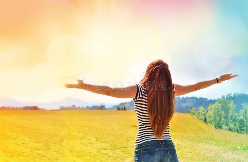 Jonge meisje het uitspreiden handen met vreugde en inspiratie royalty-vrije stock fotografie
