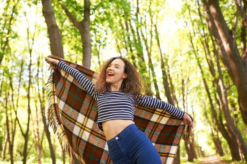 Jonge meisje het uitspreiden handen met vreugde en inspiratie die de zon onder ogen zien stock foto's