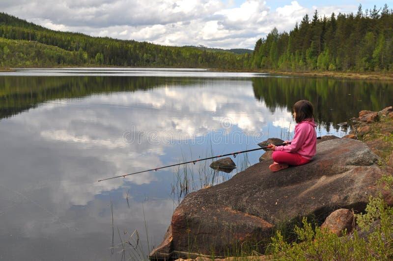 Jonge meisje visserij royalty-vrije stock afbeeldingen