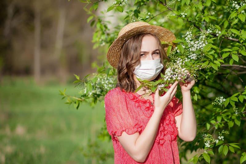 Jonge meisjes blazende neus en het niezen in weefsel voor bloeiende boom Seizoengebonden allergenen die mensen be?nvloeden E stock fotografie