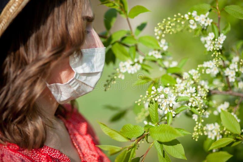 Jonge meisjes blazende neus en het niezen in weefsel voor bloeiende boom Seizoengebonden allergenen die mensen be?nvloeden E stock foto's