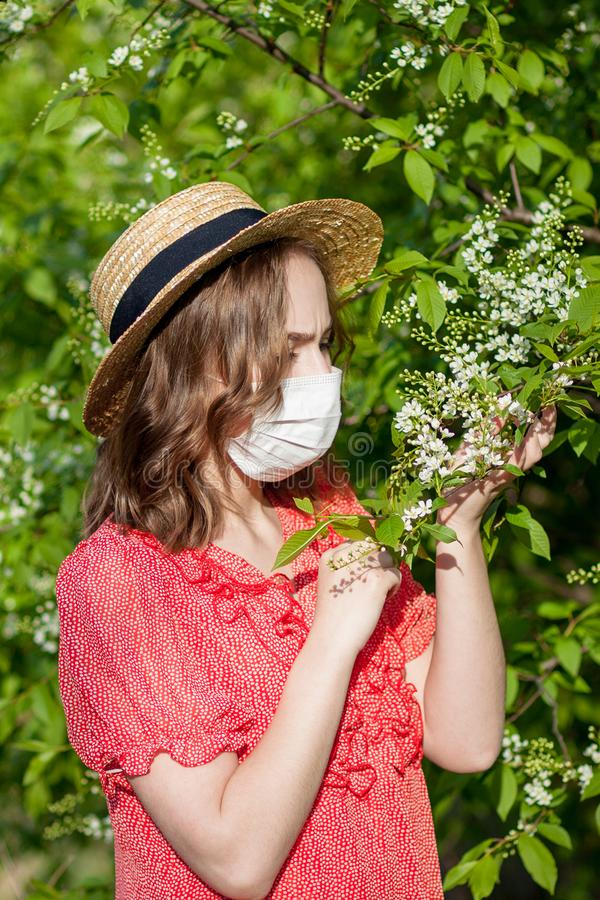 Jonge meisjes blazende neus en het niezen in weefsel voor bloeiende boom Seizoengebonden allergenen die mensen be?nvloeden E royalty-vrije stock afbeeldingen