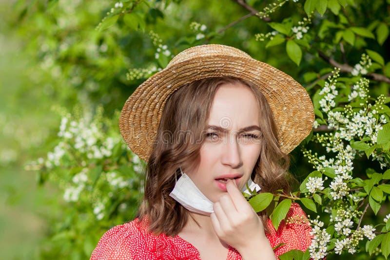 Jonge meisjes blazende neus en het niezen in weefsel voor bloeiende boom Seizoengebonden allergenen die mensen be?nvloeden E stock afbeeldingen
