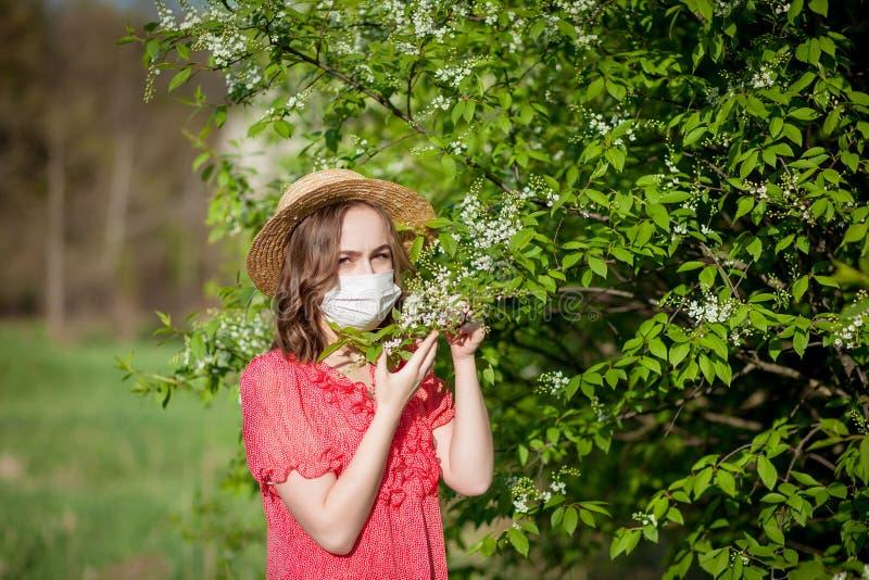 Jonge meisjes blazende neus en het niezen in weefsel voor bloeiende boom Seizoengebonden allergenen die mensen be?nvloeden Mooi royalty-vrije stock afbeelding