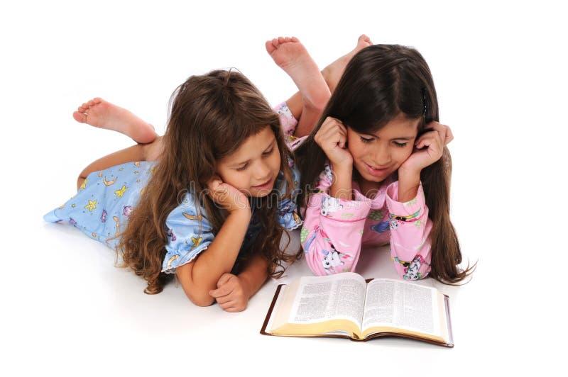 Jonge Meisjes die Bijbel lezen royalty-vrije stock afbeelding