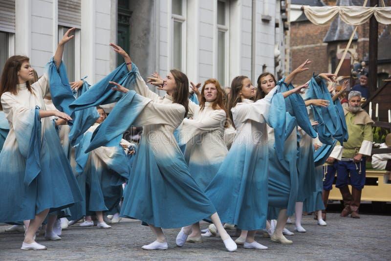 Jonge meisjes die in de parade dansen stock afbeeldingen