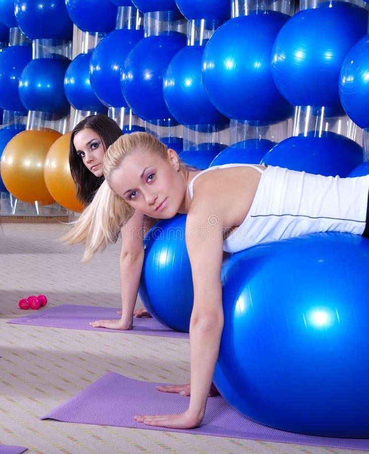Jonge meisjes die in een gymnastiek uitwerken stock foto