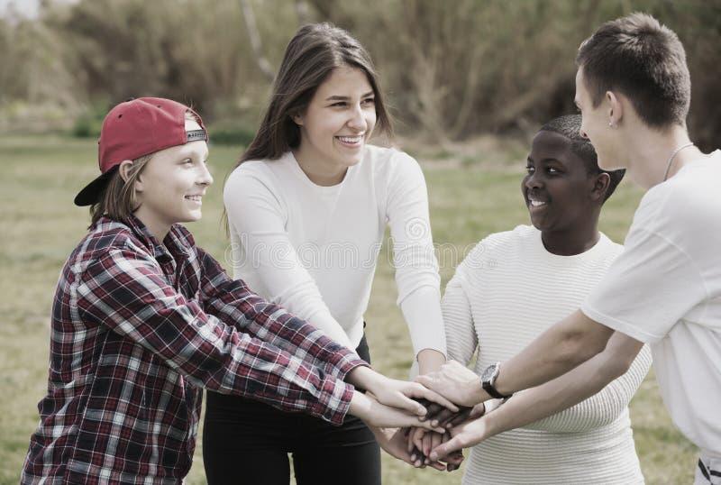 Jonge meisjes en jongens die in de lentepark stellen stock afbeeldingen