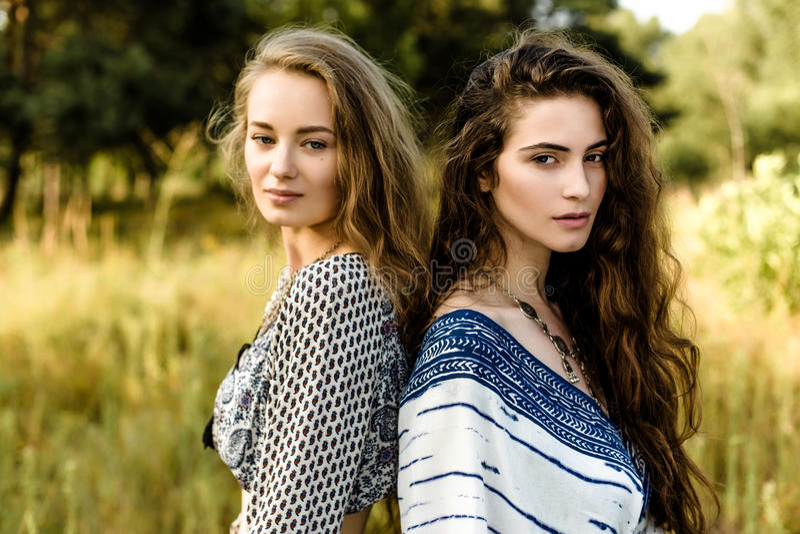 Jonge meisjes in etnische kleren royalty-vrije stock foto