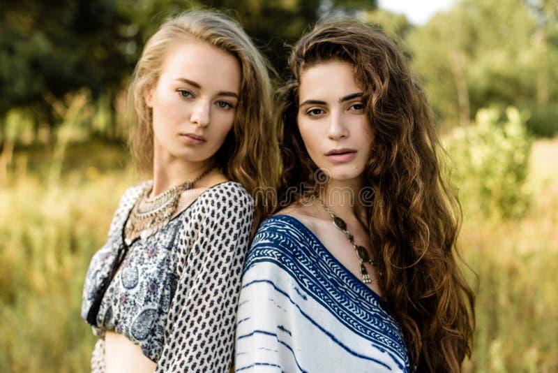 Jonge meisjes in etnische kleren royalty-vrije stock foto's