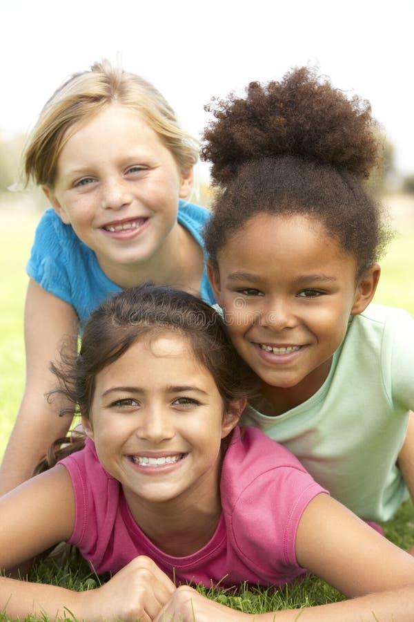 Jonge Meisjes in het Spelen in Park royalty-vrije stock foto