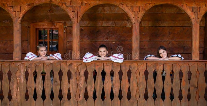 Jonge meisjes met Roemeens traditioneel kostuum stock foto's